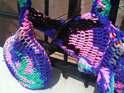 Graffiti Knitting Epidemic : Popville � more knit graffiti